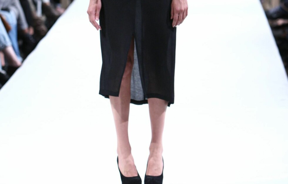 FRAMSPLITT: Neste vår og sommer skal de lange skjørtene og kjolene ha splitt framme, ifølge designerduoen Sca Ulven. Foto: Per Ervland