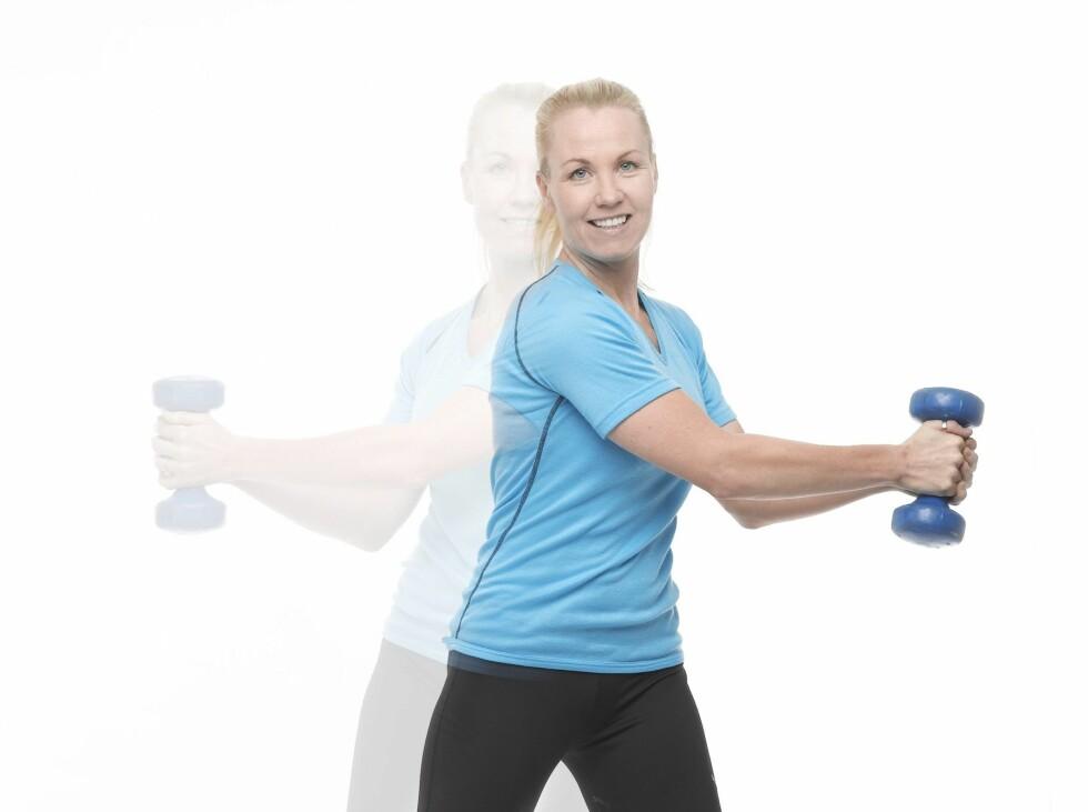 KOM DEG OPP FRA GULVET: Når du tar sit-ups bruker du ikke kjernemuskulaturen. Disse fire øvelsene kan du gjøre stående mens du bruker både kjernemuskultauren og magemusklene.  Foto: June Witzøe