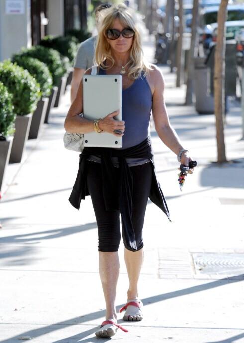 <strong>VIFTER MED TÆRNE:</strong> Goldie Hawn (65) har kastet seg på den unge trenden med femfingersko. Foto: All Over Press