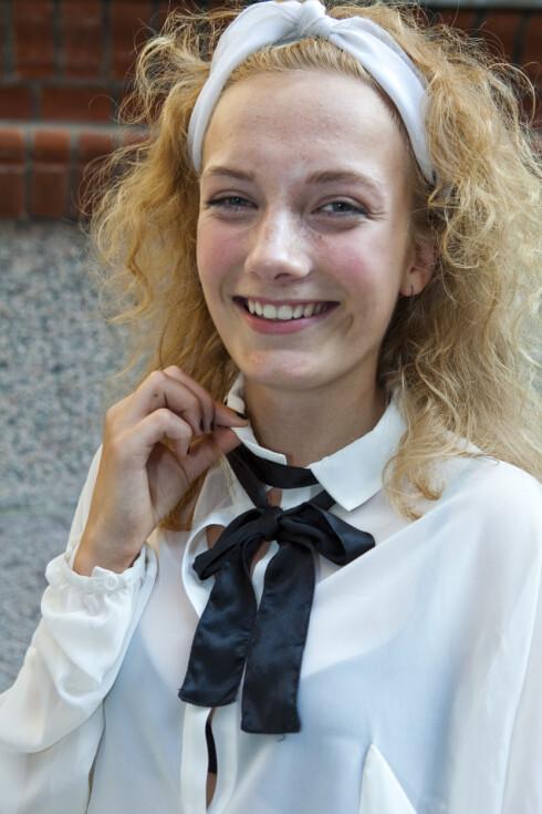 TIPS: Gjør som Sophie og knytt en svart sløyfe rundt den hvite blusen for en preppy, søt look. Foto: Per Ervland