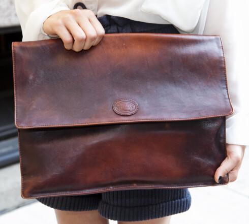 VINTAGE: Å mikse nytt med gammelt er et stiltips som ikke kan gjentas for ofte. Sophies store konvoluttveske i skinn er vintage. Foto: Per Ervland