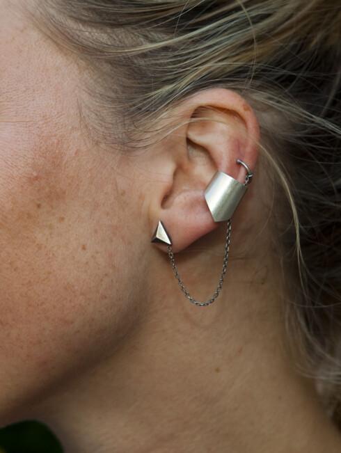 KJETTING: Vi la også merke til Carolines ørepynt med kjetting fra Maria Black. Foto: Per Ervland