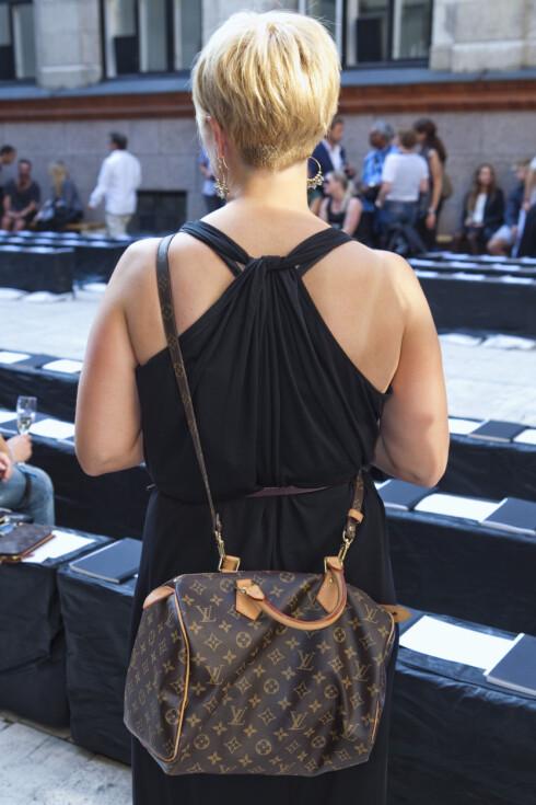 STILIG DETALJ: En lekker ryggdetalj gir den enkle maxikjolen til Anne Grete det lille ekstra. Skuldervesken er fra Louis Vuitton. Foto: Per Ervland