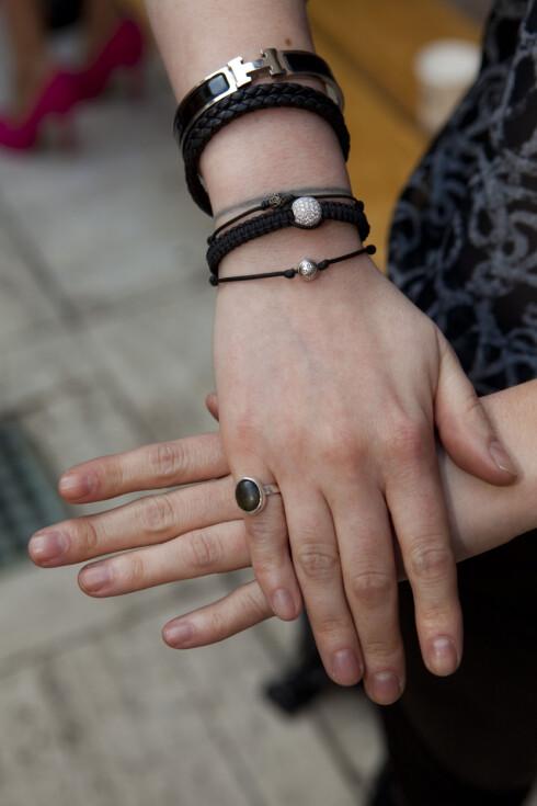 ARMBÅNDSMIKS: Camille har på seg armbånd fra Shamballa Jewels og Hermés. Foto: Per Ervland