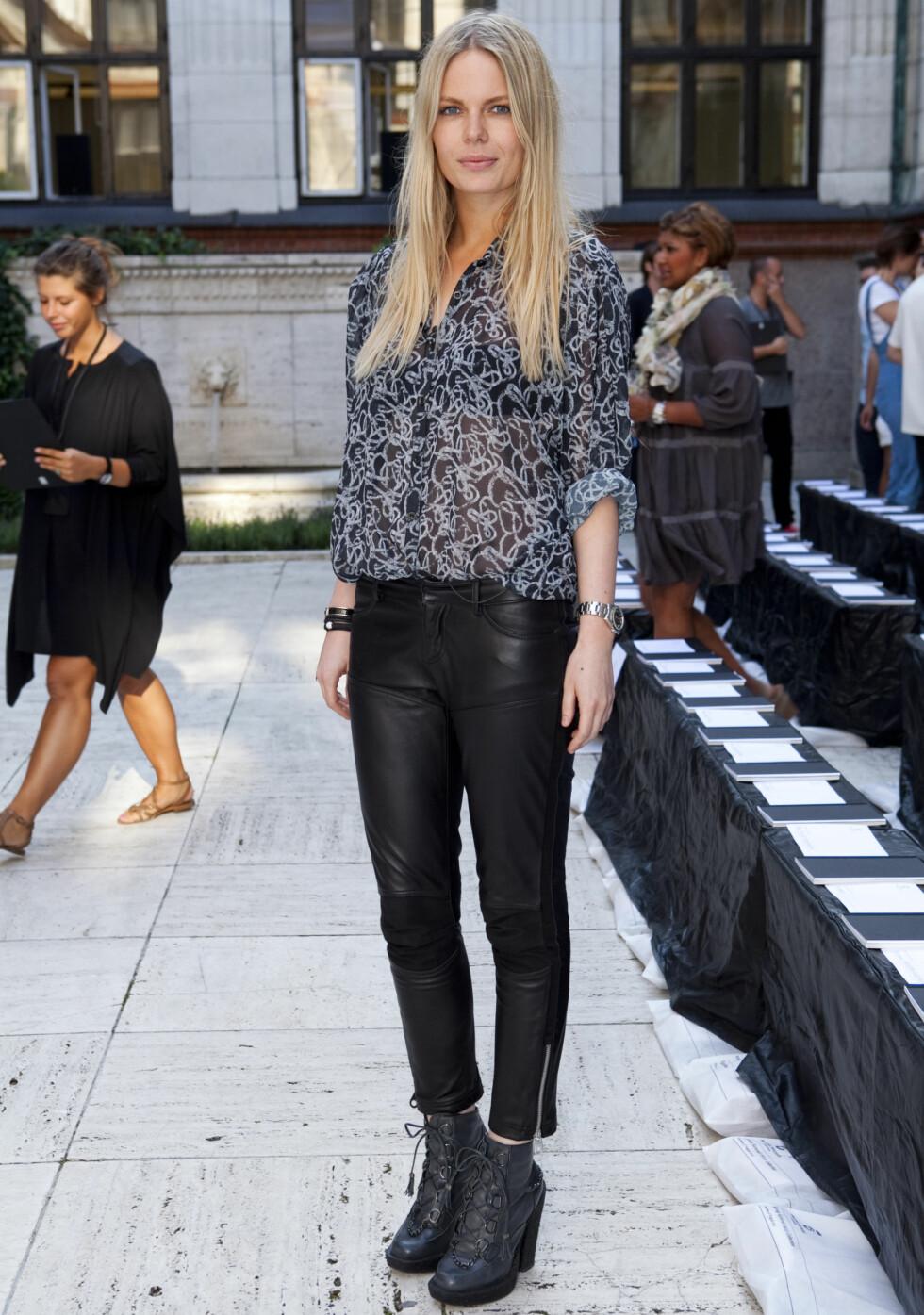 FOR DEN VÅGALE: Camille Berner (27) ønsker seg et par sølvbukser i høst. Her har hun på seg skreddersydde skinnbukser, bluse fra Storm & Marie og boots fra Topshop. Foto: Per Ervland