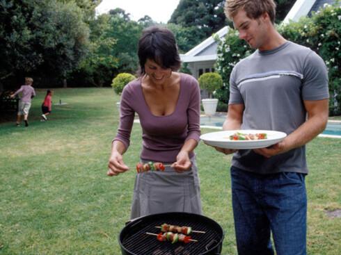GOD GRILL: Grilling er ikke for den travle. Kullet skal være skikkelig varmt, og maten godt oppvarmet. Foto: Colourbox