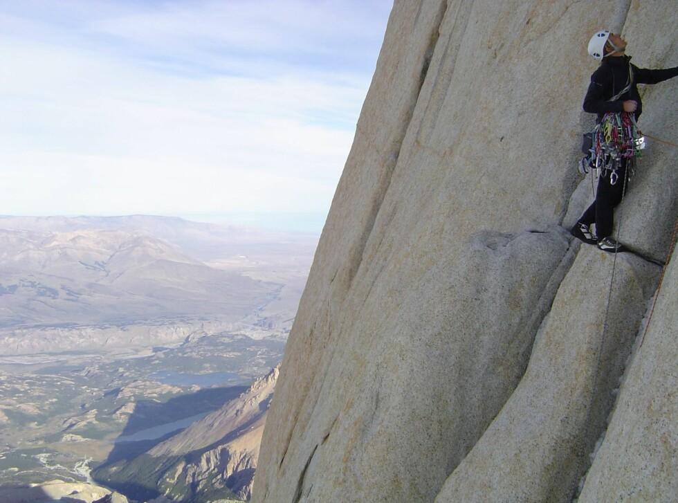 Leo Houlding klatrer Casarotto Pillar i Patagonia.  Foto: Berghaus