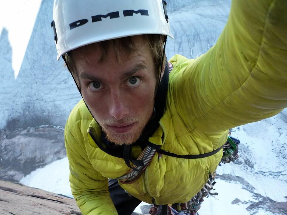 Selvportrett med hjelmen på.  Foto: Berghaus