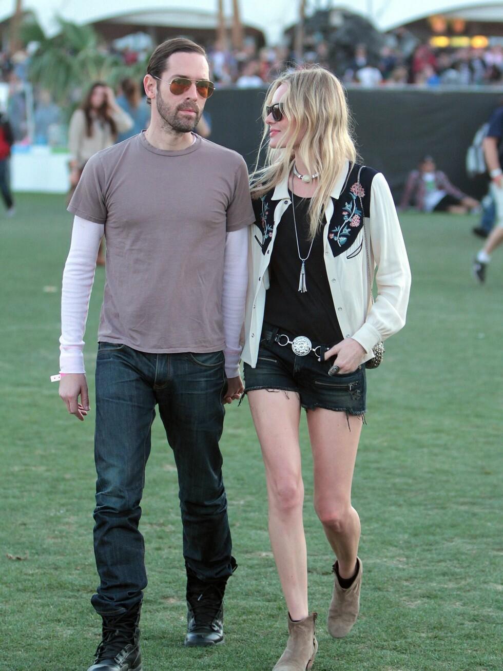 Skuespiller Kate Bosworth på festival med kjæresten  Michael Polish i svarte olashorts, svart singlet, søt cowboy-inspirert vest og lave ankelstøvletter.  Foto: All Over Press