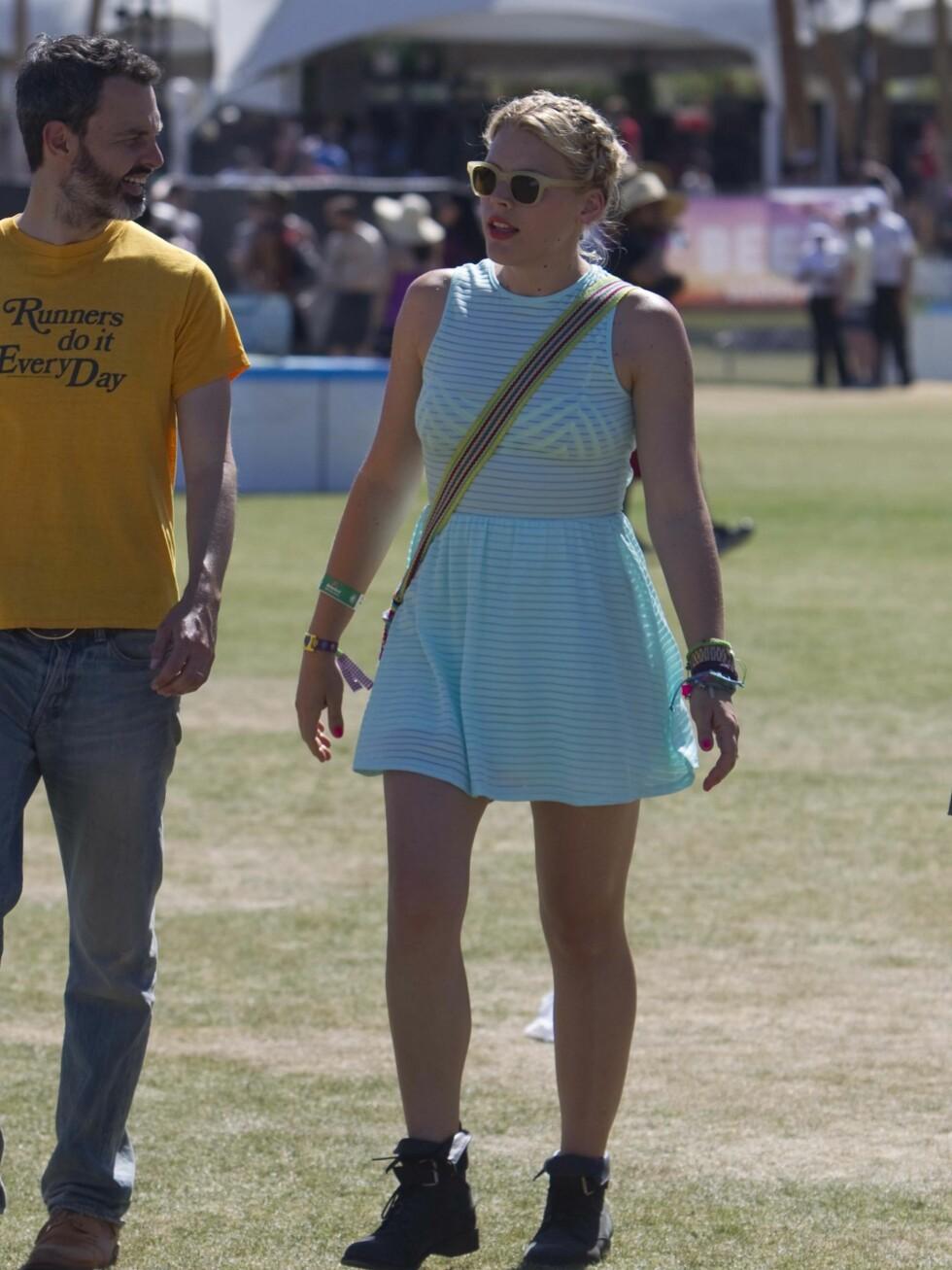 Cougar Town-skuespiller Busy Phillips i turkisstripet sommerkjole, solbriller og boots.  Foto: All Over Press