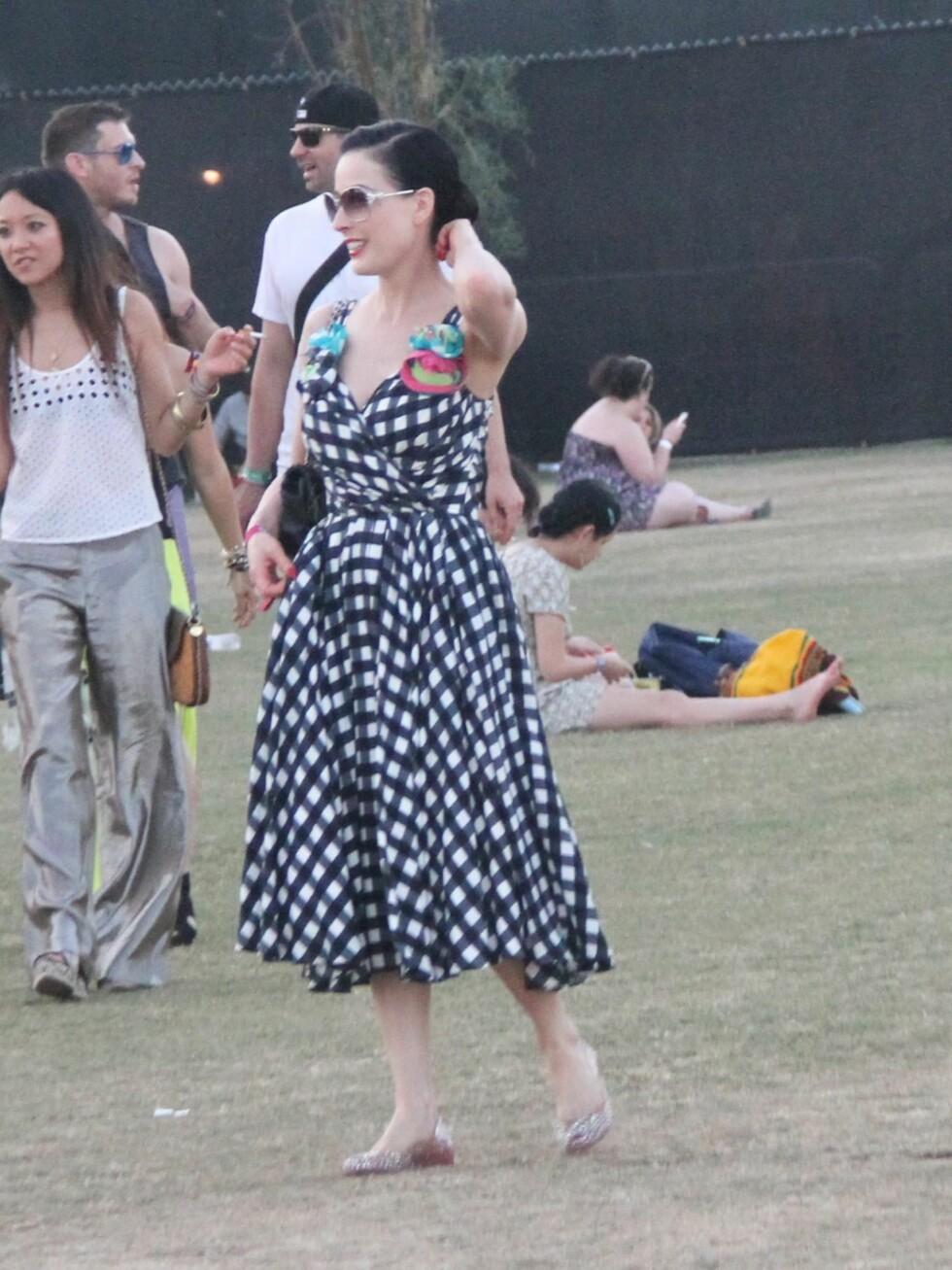 Burlesque-stjerne Dita Von Teese på festival i feminin rutete kjole med blomster.  Foto: All Over Press