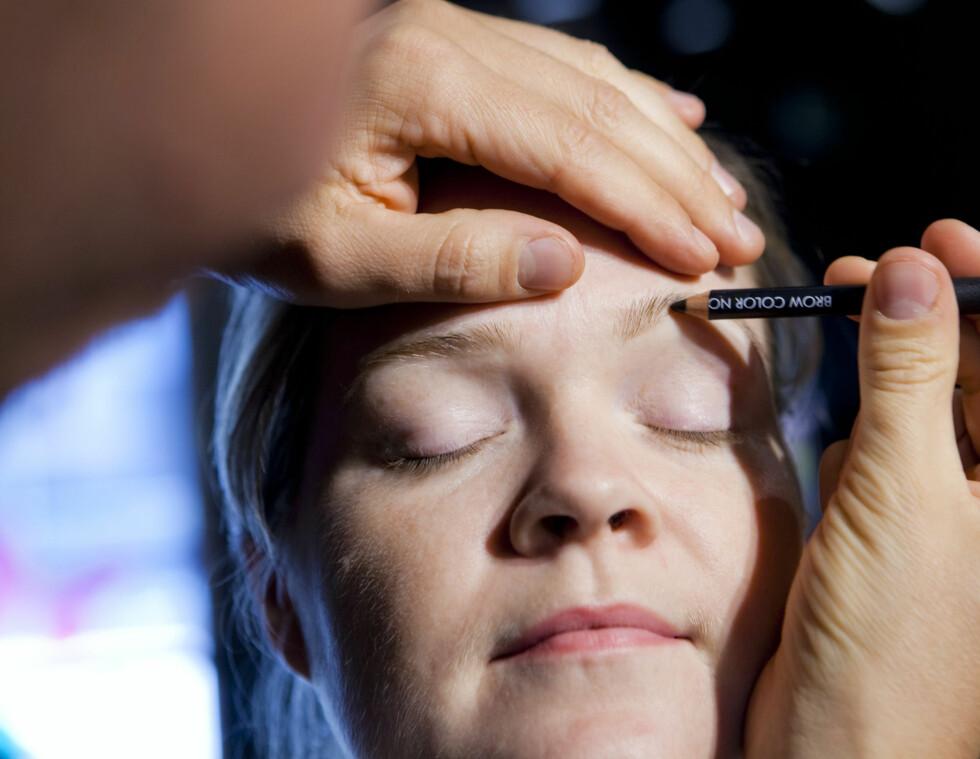 FYLL INN: Bruk øyebrynsblyant til å fylle inn brynet. Det er viktig å velge riktig fargenyanse. Foto: Per Ervland
