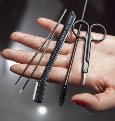 DETTE TRENGER DU: (F.v.) En god pinsett, barberkniv for øyebryn, maskarakost og en liten saks. Foto: Per Ervland