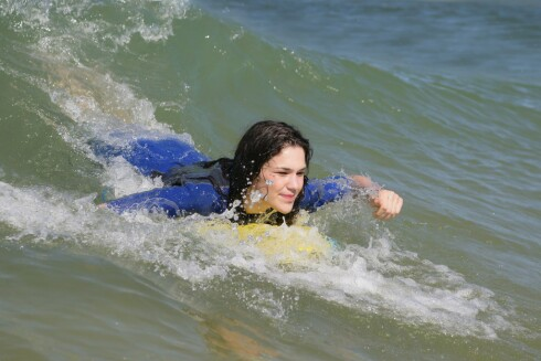<strong>SURFING:</strong> Når du surfer bruker du kjernemuskulaturen og får både strammere mage, lår og armer.