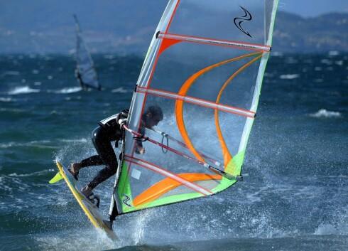 <strong>WINDSURFING:</strong> Er kjempegøy og ikke minst tøff trening for kroppen.  Foto: colourbox.com