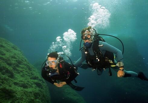 <strong>DYKKING:</strong> Du forbrenner faktisk en haug med kalorier når du dykker. Ikke minst som følge av alt det tunge utstyret du bærer på ryggen.   Foto: colourbox.com