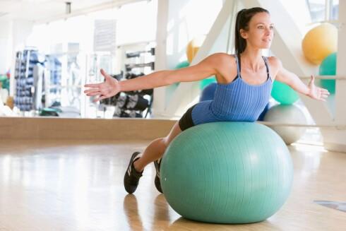 <strong>EFFEKTIV HJEMMETRENING:</strong> Med riktig treningsutstyr, som en fitnessball, kan du gjøre mange ulike og effektive treningsøvelser i ditt eget hjem.  Foto: Colorbox