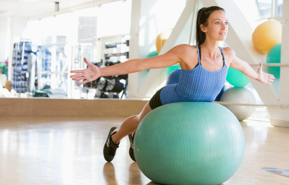 EFFEKTIV HJEMMETRENING: Med riktig treningsutstyr, som en fitnessball, kan du gjøre mange ulike og effektive treningsøvelser i ditt eget hjem.  Foto: Colorbox