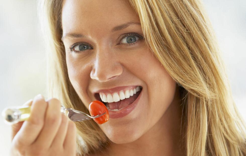 SPIS SAKTE: Å tygge maten skikkelig og bruke lenger tid på måltidet ditt kan gjøre at du spiser mindre og går ned i vekt, viser ny forskning.