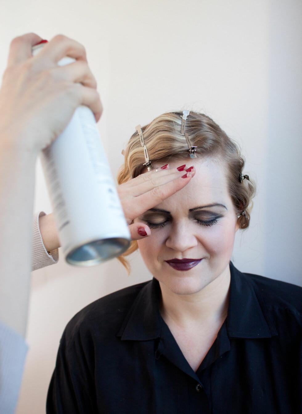 Spray godt med en lett hårspray, så sitter frisyren hele kvelden.  Foto: Kristin Hove