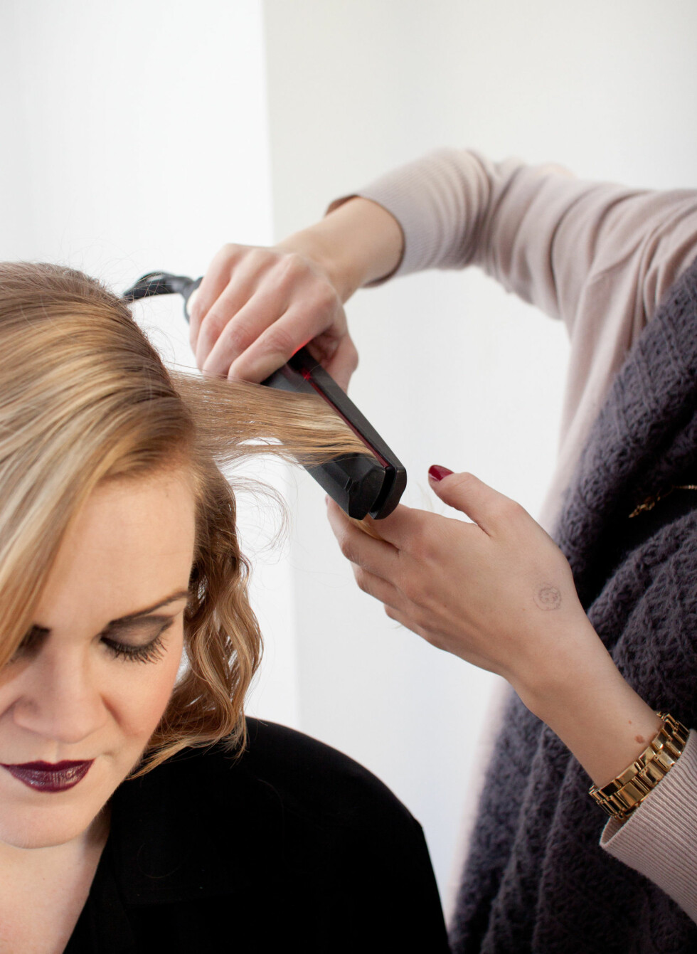 Vipp opp og ned hele veien langs hårlengden. Dette kan slite håret en del, så husk å preparere det med varmebeskyttende produkter.   Foto: Kristin Hove