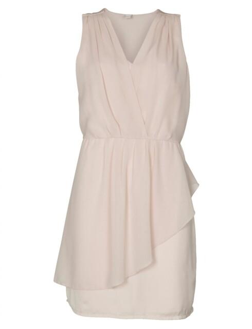 KOPIEN: Pudderrosa kjole med v-utringing og strikk i livet (kr.399,95/Vila). Foto: vila.bestsellershop.com