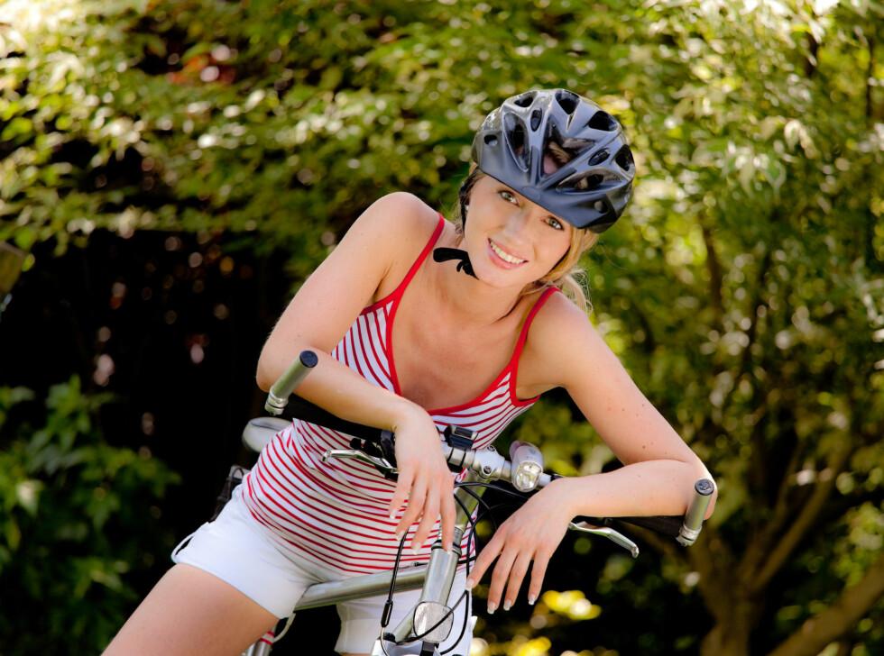 DETTE BØR DU IKKE GLEMME: Hvis du har et sete som er for høyt i forhold til styret kan du få smerter i rygg, nakke og skuldre.  Foto: Colourbox.com