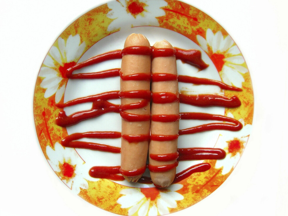 GODT PÅ PØLSA: Tre-fire spiseskjeer ketsjup hver dag er ideell mengde. Og det finnes da også sunnere saker enn pølse å bruke den på. Foto: Thinkstock