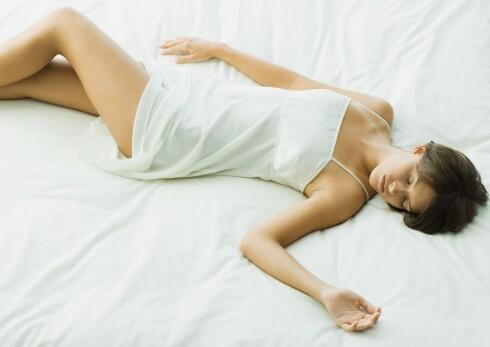 PÅ RYGGEN: Det å sove på ryggen er bra for personer med leddplager, men kan føre til økt snorking og andre problemer.  Foto: Frederic Cirou / PhotoAlto