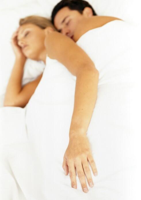 I SKJE: Det å sove tett inntil partneren din på denne måten kan motvirke stress, men det kan også forårsake rygg- og skuldersmerter.   Foto: Vincent Hazat / PhotoAlto
