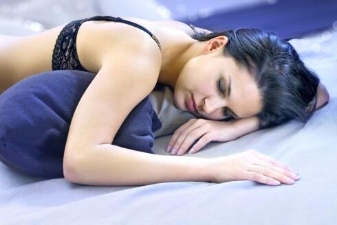 PÅ MAGEN: Dette er den beste stillingen for å motvirke snorking.