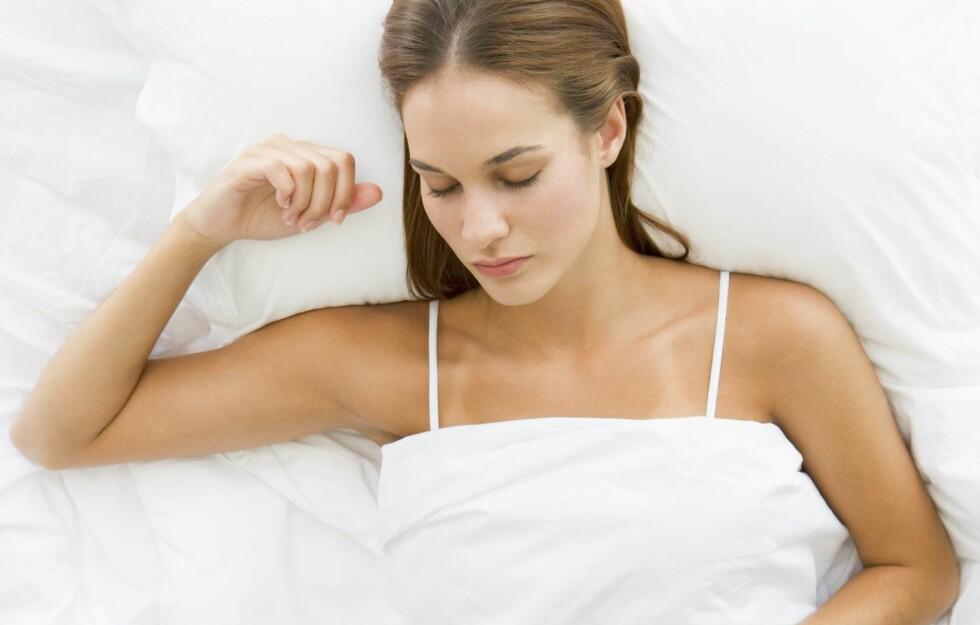 SOVESTILLING: 95 prosent av oss mennesker sover i samme stilling hver natt, og når vi da tilbringer om lag én tredjedel av livet med å sove, er det ikke rart at stillingen vi ligger i har litt å si for helsa.  Foto: Colourbox
