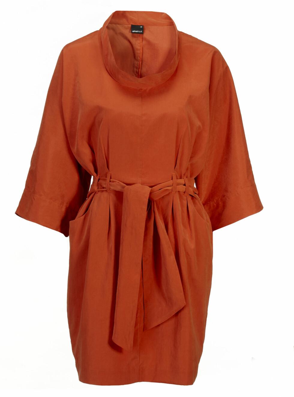 Kjole med vide ermer og knytting i livet (kr.299). Foto: Produsenten