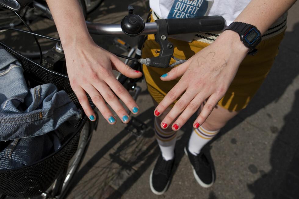TØFF LAKK: Klarer du ikke bestemme deg for hvilken farge du skal lakke neglene med? Gjør som Lovisa og bruk begge to. Foto: Per Ervland