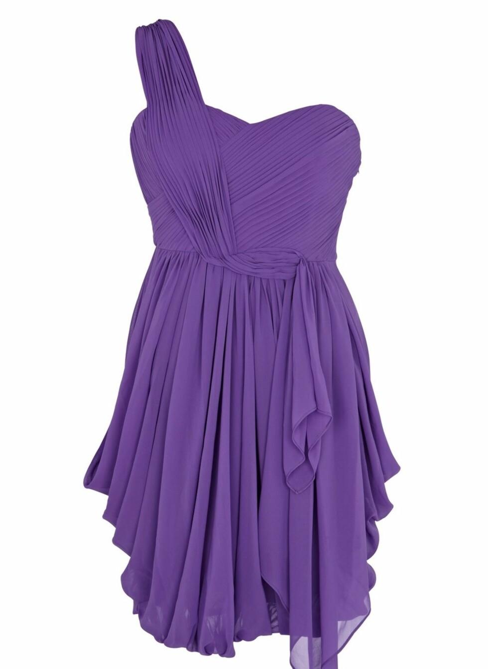 Lilla, plissert kjole, kr 1999. Foto: Produsenten