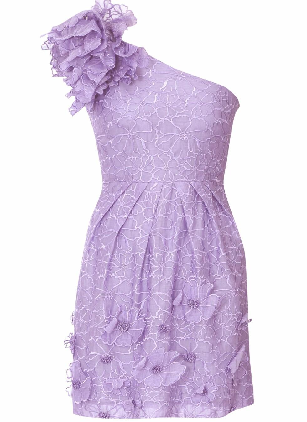 Lavendelfarget kjole med blomstermønster og -applikasjoner, kr 2399. Foto: Produsenten