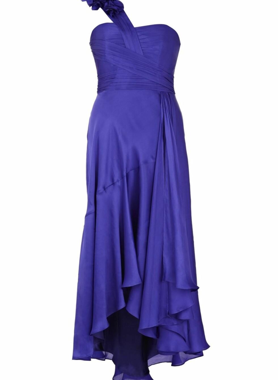 Lang, drapert kjole med bånd over den ene skulderen, kr 3699. Foto: Produsenten