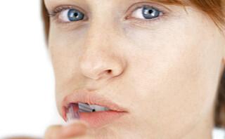 Bruk tannbørsten forsiktig