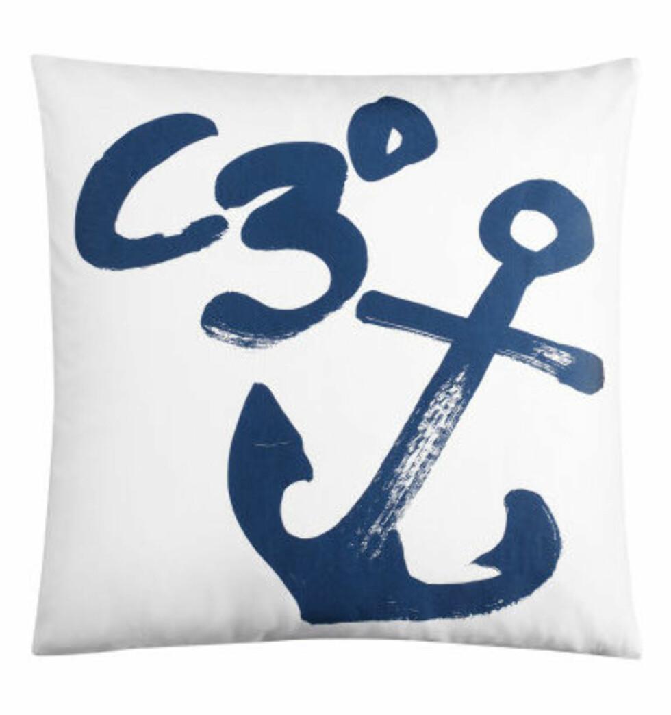 Den maritime stilen byr på anker og marineblått (Putetrekk: H&M Home, 99 kr). Foto: H-M.com