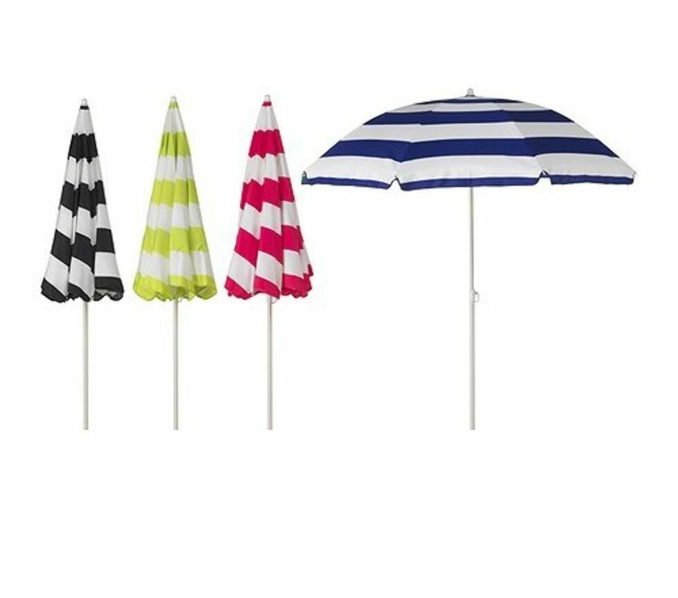 En parasoll trenger ikke bare og brukes på stranden. Det kan være godt med litt skygge på terrassen også, og denne gir i tillegg litt farge (Ikea, kr 99). Foto: Ikea.no