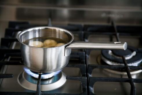 KOK: Koking anbefales fremfor steking, og da særlig hardsteking. Grunnen er at ved koking blir temperaturen som regel ikke høy nok til at skadelige stoffer dannes.