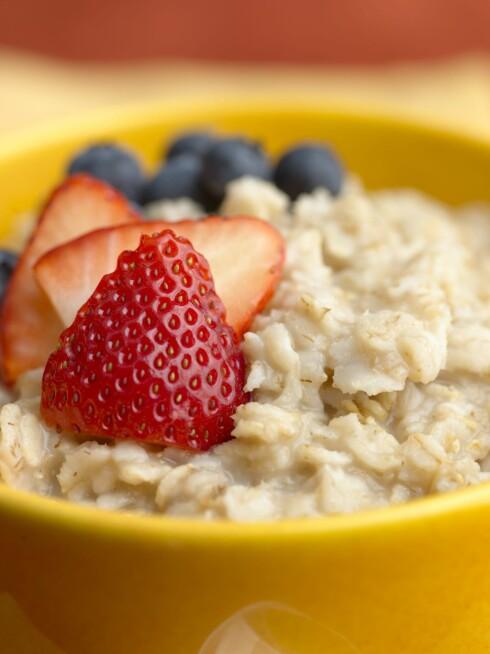 MIKS IT UP: Lei havren din? Forsøk å blande inn litt frisk frukt, yoghurt, honning eller eventuelt bittelitt sukker.  Foto: All Over Press