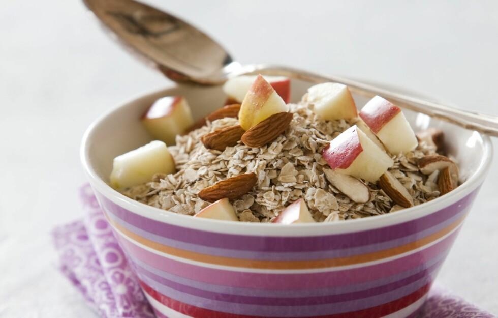 GOD FROKOST: Havregryn er faktisk noe av det beste du kan spise til frokost, både fordi det inneholder mange sunne næringsstoffer og fordi det metter mer enn mange andre matvarer.  Foto: colourbox.com