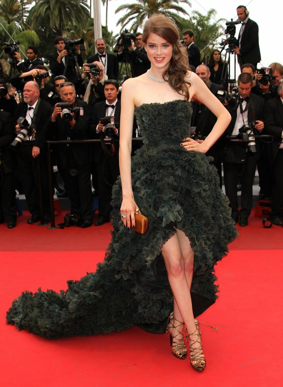 Supermodell Julia Saner på premieren av La Conquete i Cannes, i stroppeløs hockeykjole fra Pucci. Foto: All Over Press