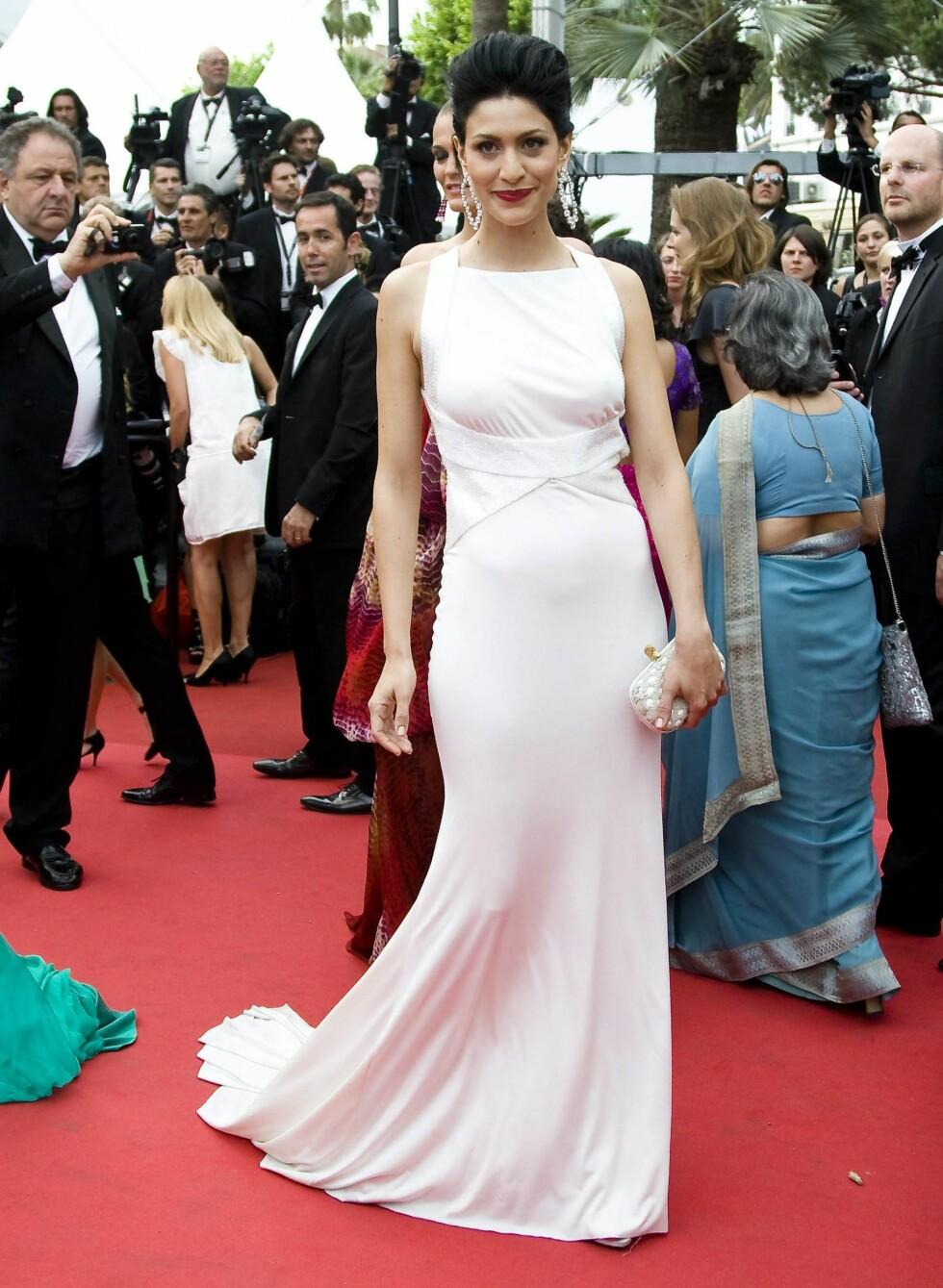 Guila Bevilacqua i fotsid hvit kjole med lekker ryggdetalj.  Foto: All Over Press