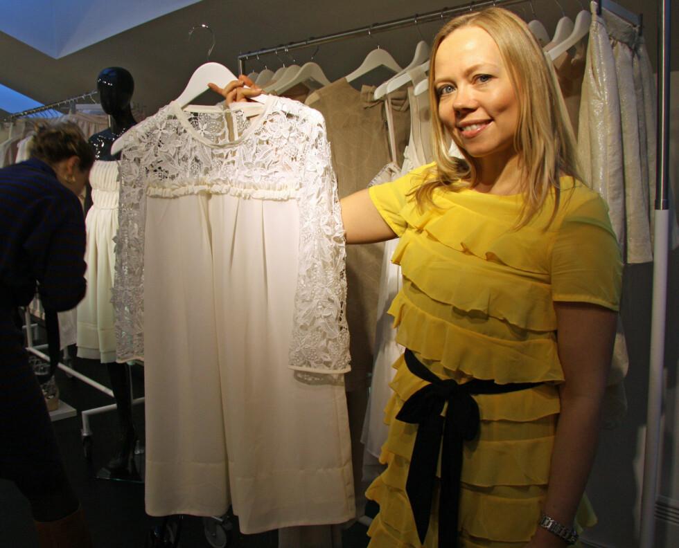 FAVORITT: Denne hvite blondekjolen er en av Vibeke Holann's (bildet)  favoritter. Foto: Tone Ra Pedersen
