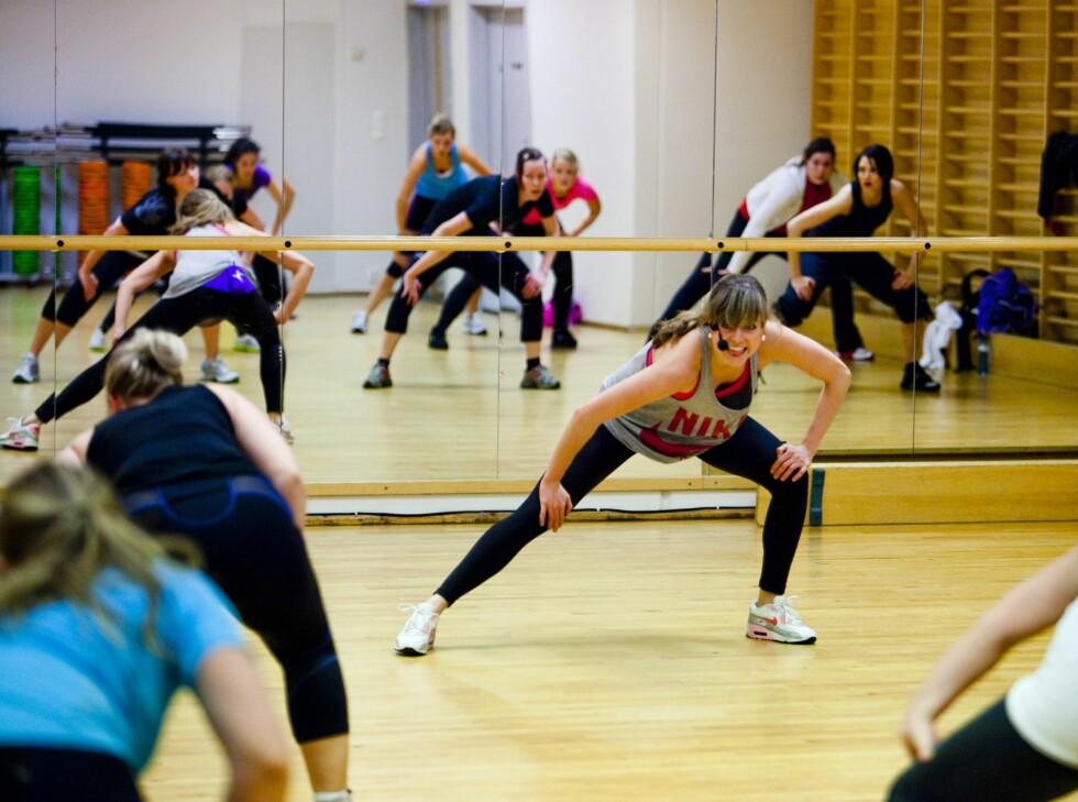 <strong>HØYT OG LAVT:</strong> Timen starter med generell oppvarming av de store muskelgruppene.  Foto: Per Ervland