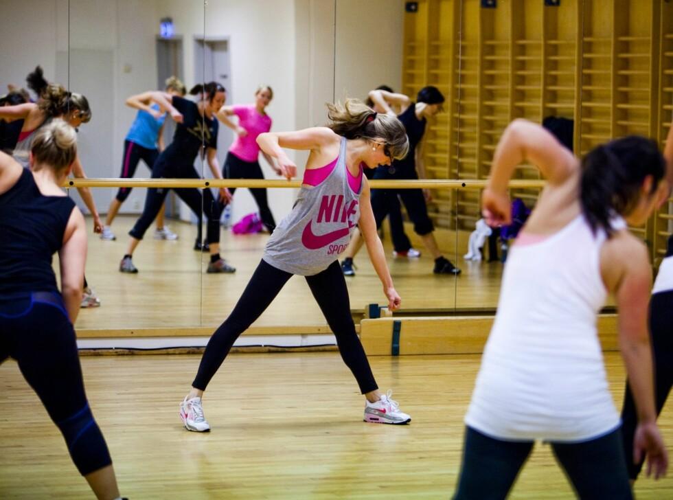 <strong>HØYT OG LAVT:</strong> Det er mange store bevegelser i løpet av timen, og du får brukt både overkropp og musklene i beina skikkelig.  Foto: Per Ervland