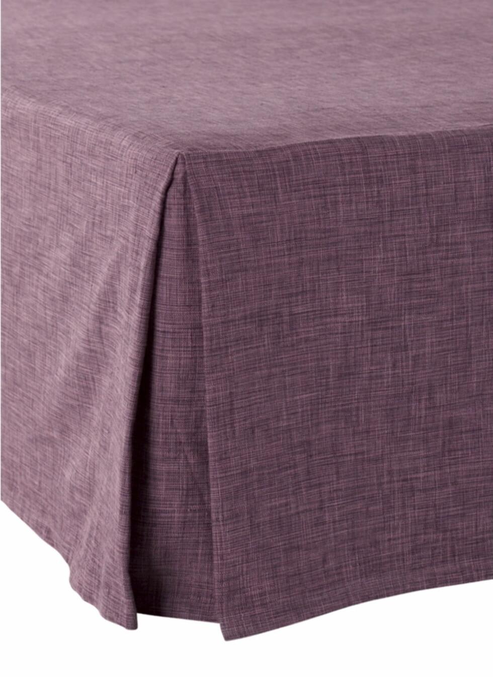 Plommefarget laken med enkel, rett kappe i 100 prosent bomull - finnes også i beige og grå (fra kr.399/Ellos.no). Foto: Produsenten
