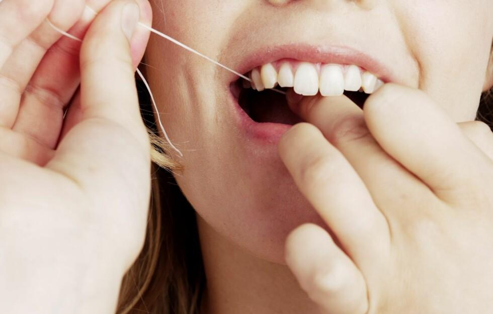ÉN GANG OM DAGEN: Elisabeth Kveum Saga, tannpleier ved Colosseumklinikken i Oslo, anbefaler alle å bruke tanntråd minst én gang om dagen. Foto: Colourbox